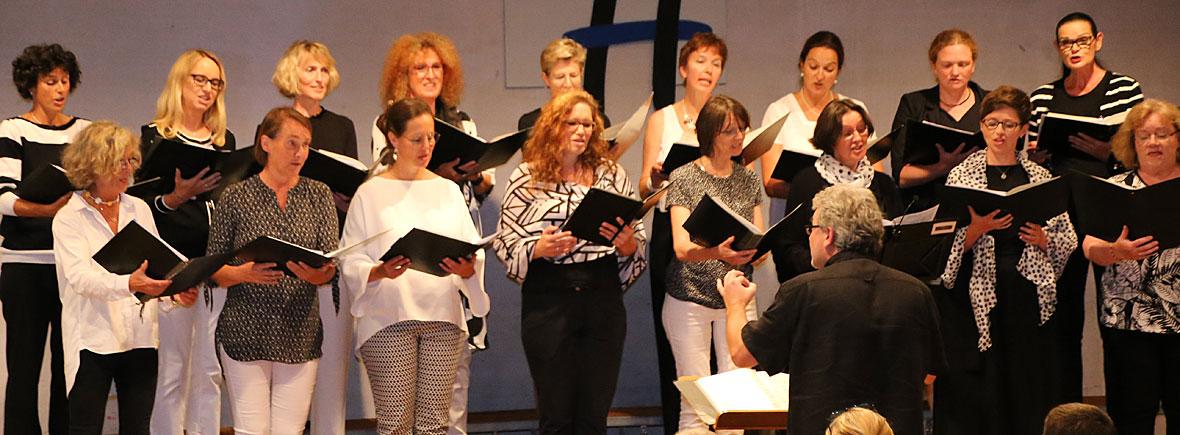 Der Pfaffenhofener Chor Chorisma beim Sommerkonzert in der Realschule